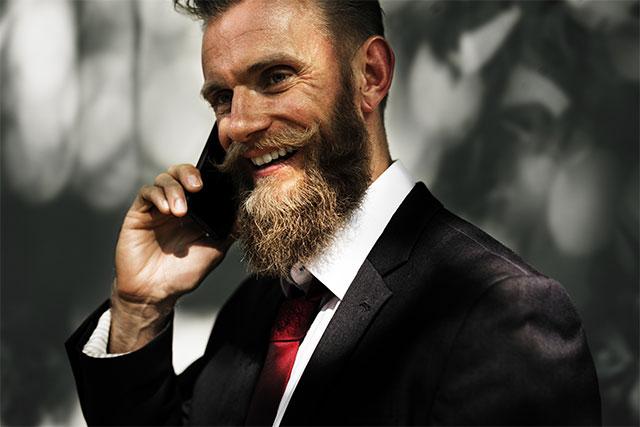 По этикету деловой телефонный звонок можно совершать только в часы трудового дня. В экстренных ситуациях можно побеспокоить абонента до 10 вечера, но не позднее.