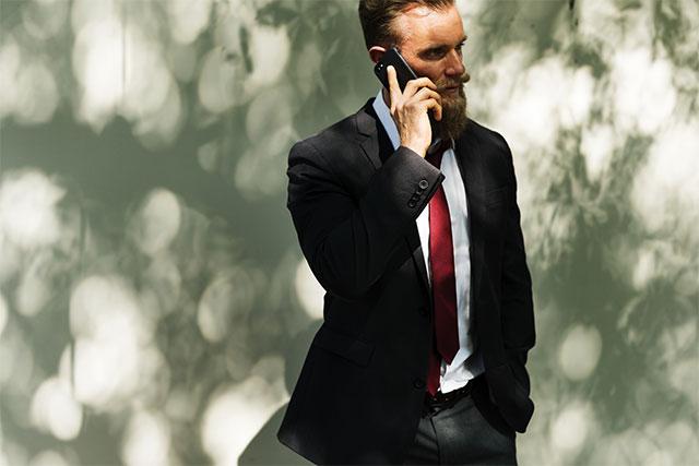 Если просят пригласить по служебному телефону другого человека, нельзя выяснять, кто осуществляет вызов и уточнять цель звонка. Исключение составляет сотрудник с соответствующими полномочиями.