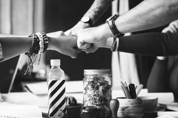 В служебном этикете прописаны особенности отношений между каждой категорией сотрудников.