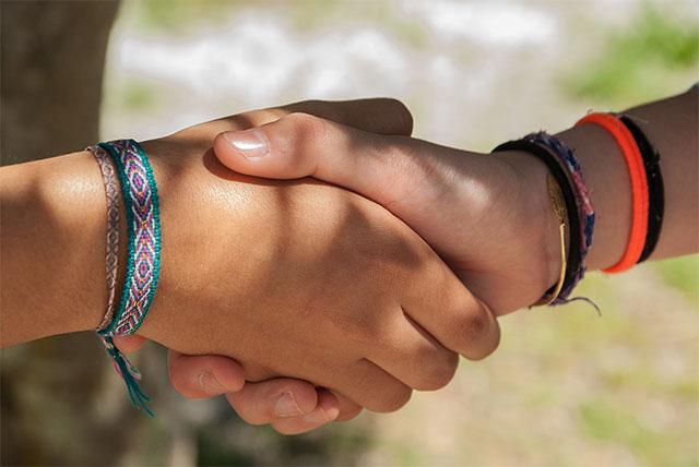 Обращение при встрече говорит о культуре и воспитанности человека, а также об отношении к тому, с кем здоровается мужчина или женщина.